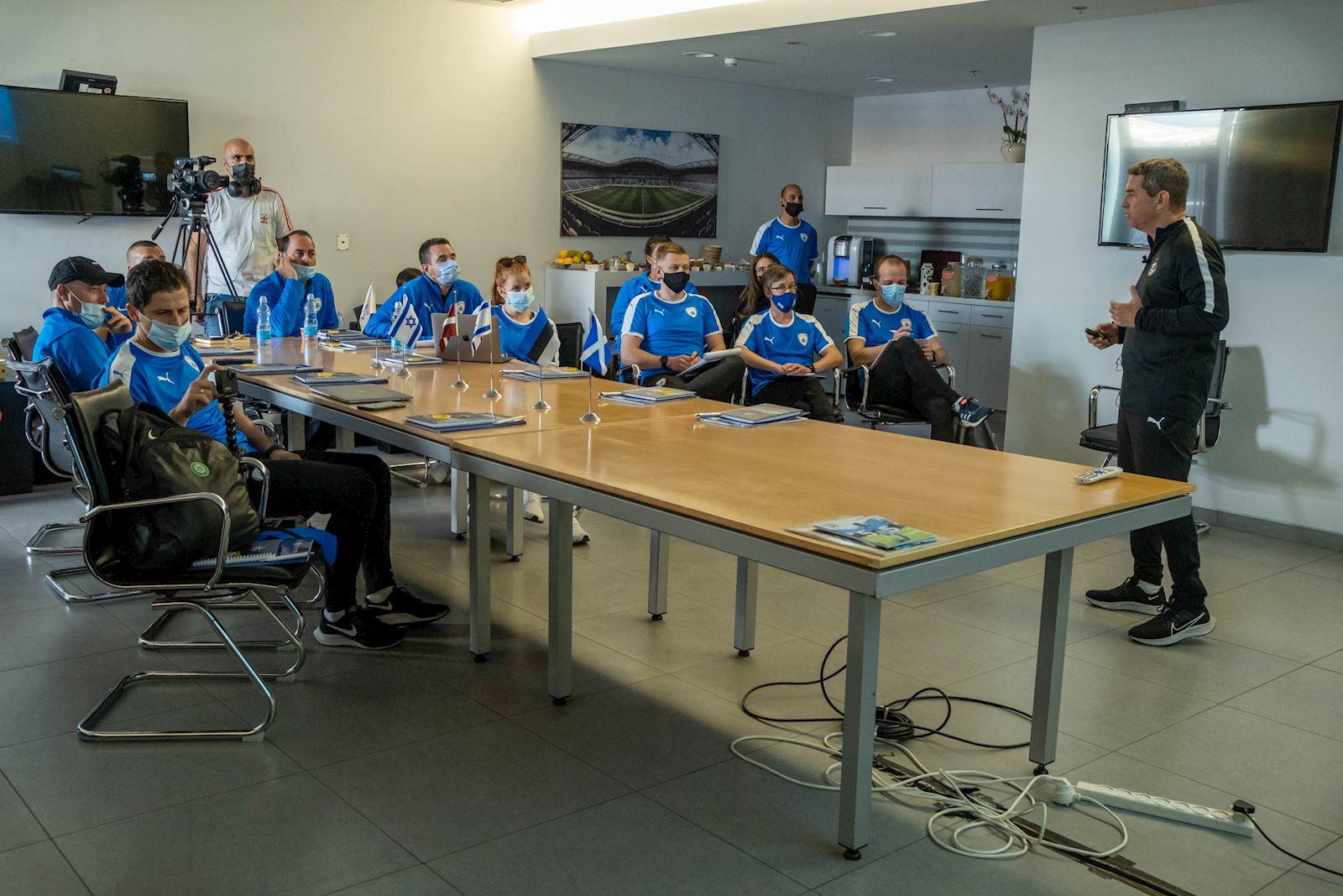הצוות הפיזיולוגי והאנליסטי הרצה בפני נציגים מהתאחדויות באירופה