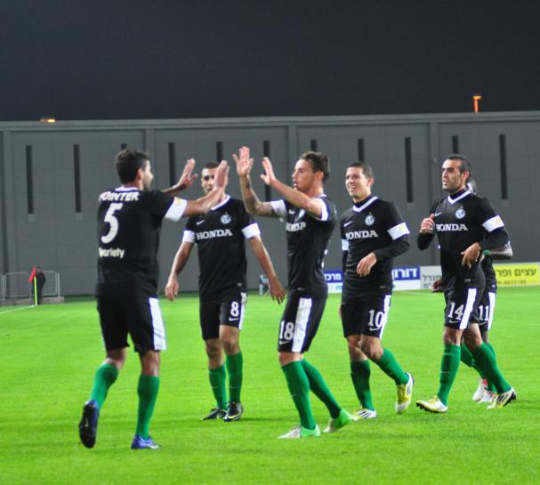 שחקני מכבי חיפה חוגגים את היתרון על מכבי נתניה רבע גמר גביע הטוטו 2012 משחק ראשון