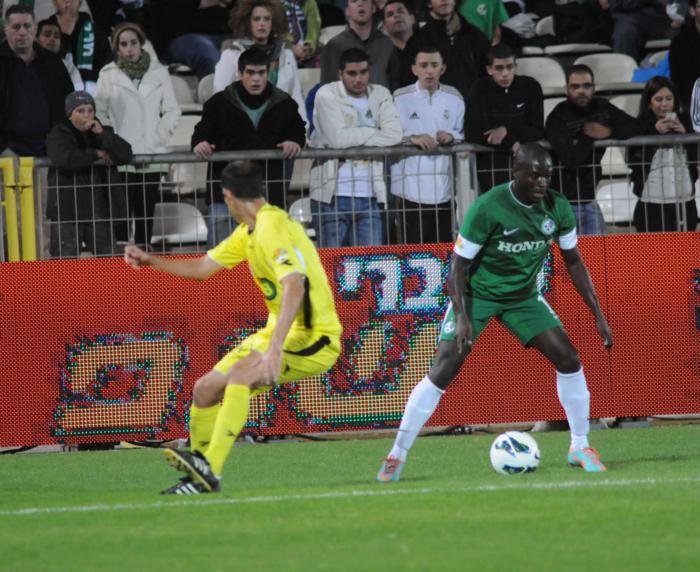 דלה ימפולסקי משתלט על הכדור במהלך המשחק נגד מכבי נתניה
