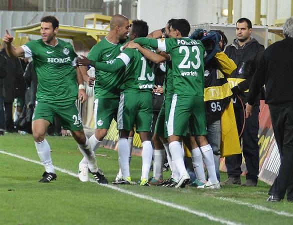 שחקני מכבי חיפה חוגגים את היתרון נגד אשדוד ינואר 2012