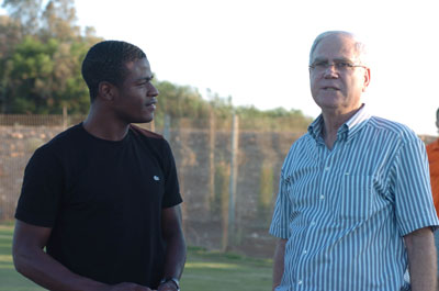 הנשיא שחר משוחח עם ירו בלו שחוזר אחרי שנתיים בקריית שמונה. צילום: ראובן כהן