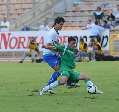 בוקולי לא מאפשר לסטבנוביץ להשתלט על הכדור. צילום: ראובן כהן