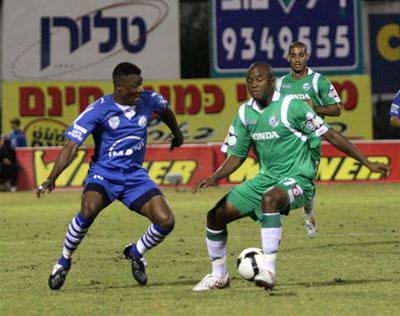 נימבה (משמאל) היה חותם שמסיללה יישב על הכדור. המגן רץ קדימה. צילום: יוסי שקל
