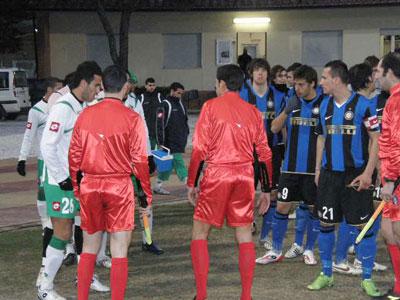 באיטליה מול אינטר, שופטים באדום- בטוברוק שופט עם אדומים. צילום: רועי שני